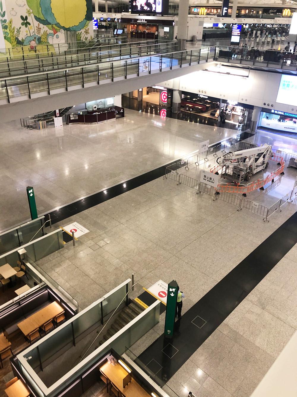 Пустынный терминал в аэропорту Гонконга