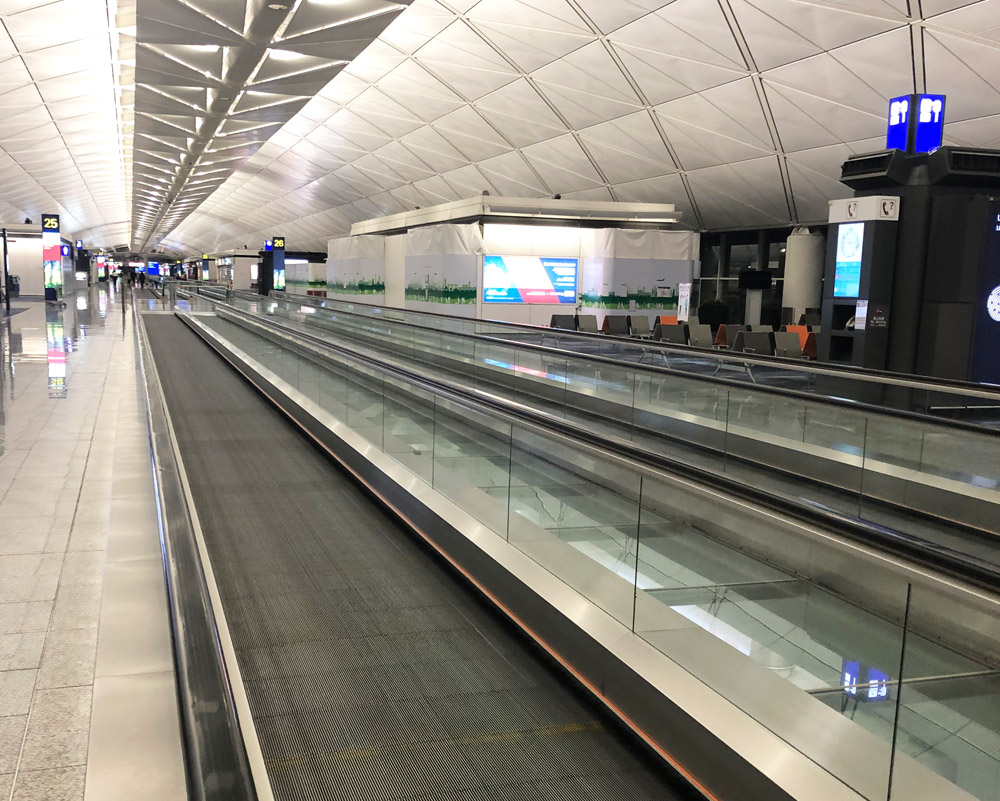 Пустынный зал вылета в аэропорту Гонконга