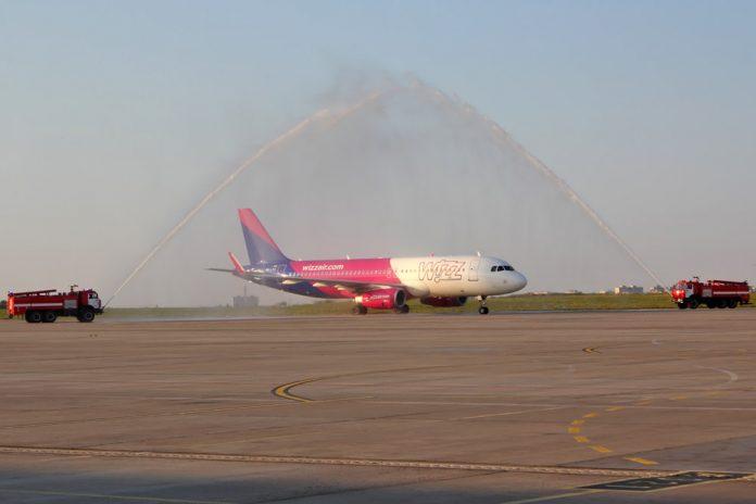 Водный салют для самолета Wizz Air в аэропорту Харьков в честь открытия новых рейсов