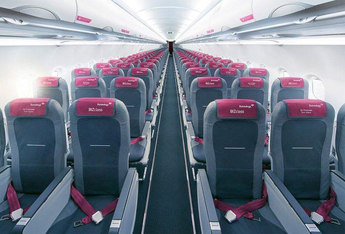 Салон самолета Eurowings с пустыми креслами
