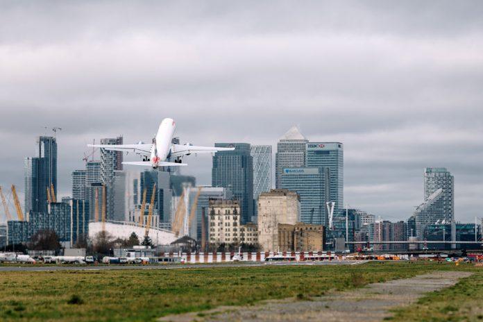 Самолет взлетает из аэропорта Лондон-Сити