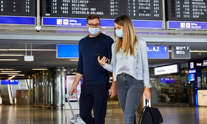 Пассажиры в аэропорту в масках