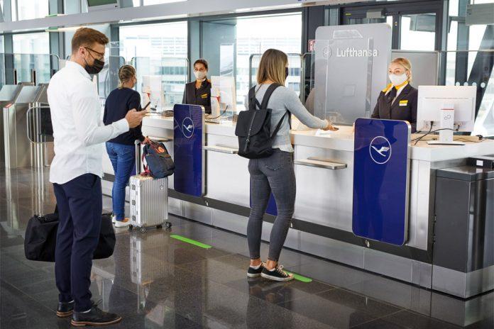 Пассажиры у стойки Lufthansa в аэропорту