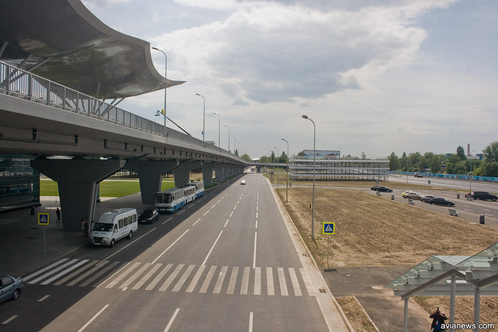 Пешеходный переход от парковки к терминалу D. Отсутствует забор, отделяющий первые полосы дороги
