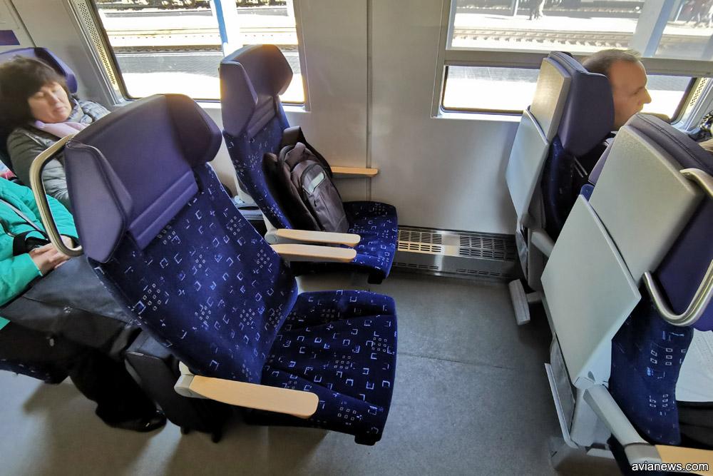 Кресла в вагоне первого класса дизель-поезда ДПКр-3