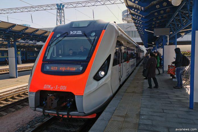 Дизель-поезд ДПКр-3 на платформе вокзала
