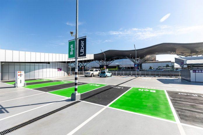 Точки посадки пассажиров в автомобили сервисов Uber и Bolt на многоуровневой парковке напротив терминала D. Фото: аэропорт Борисполь