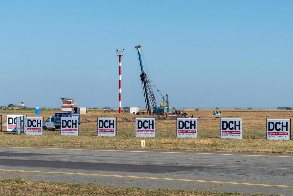 Строительный забор на площадке по возведению нового терминал в аэропорту Днепра