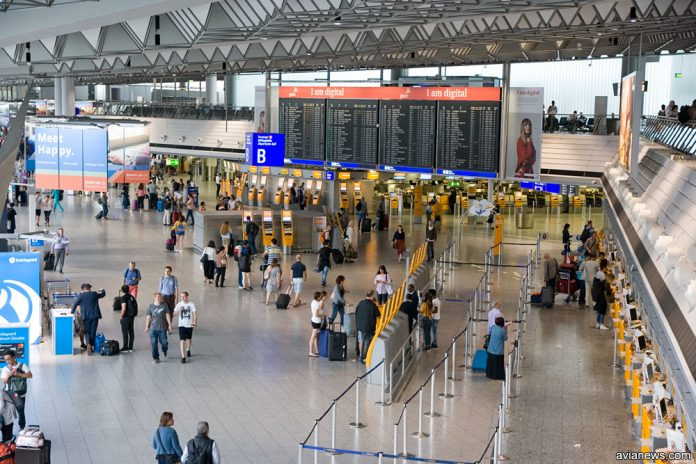 Пассажиры в аэропорту Франкфурта