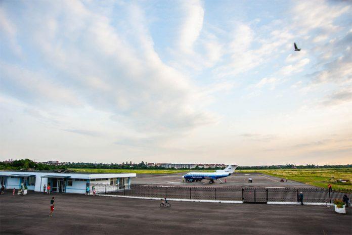 Як-40 на перроне аэропорта Ужгород