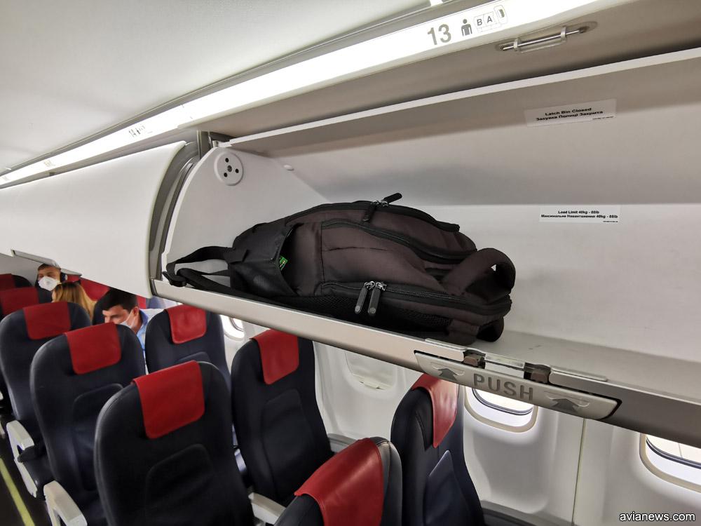 Рюкзак на багажной полке в салоне ATR 72-600