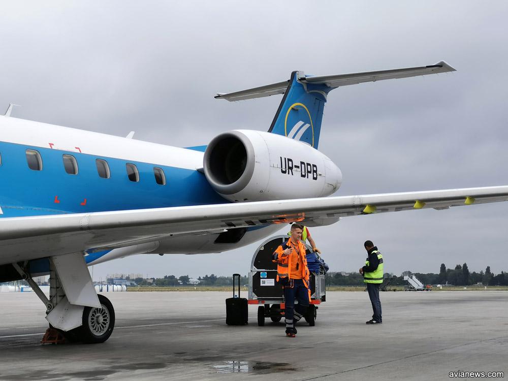 Загрузка большой ручной клади в багажный отсек Embraer 145