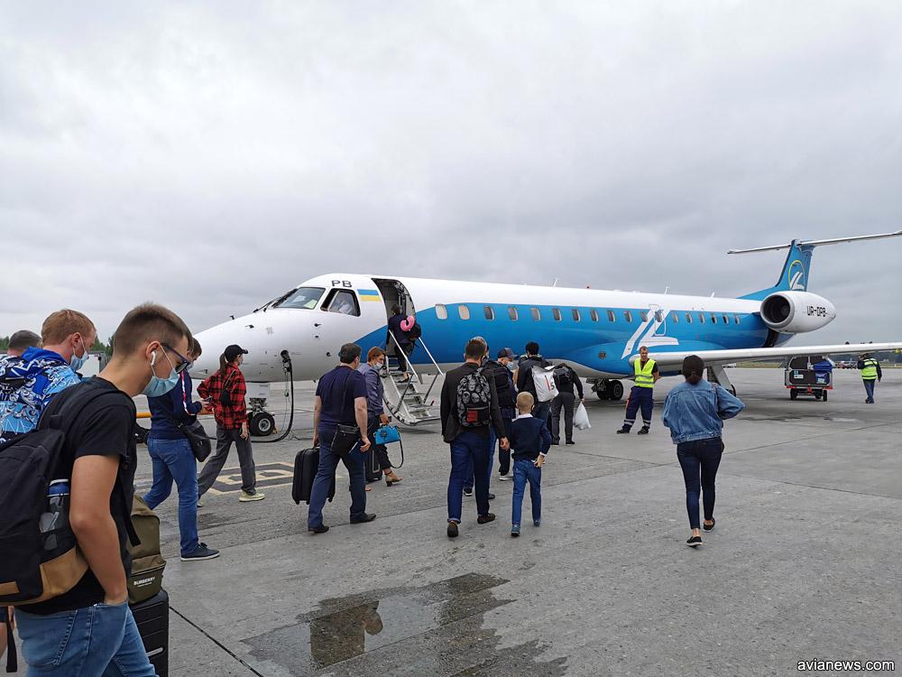 """Посадка в Embraer 145 """"Роза Ветров"""" в аэропорту Борисполь"""