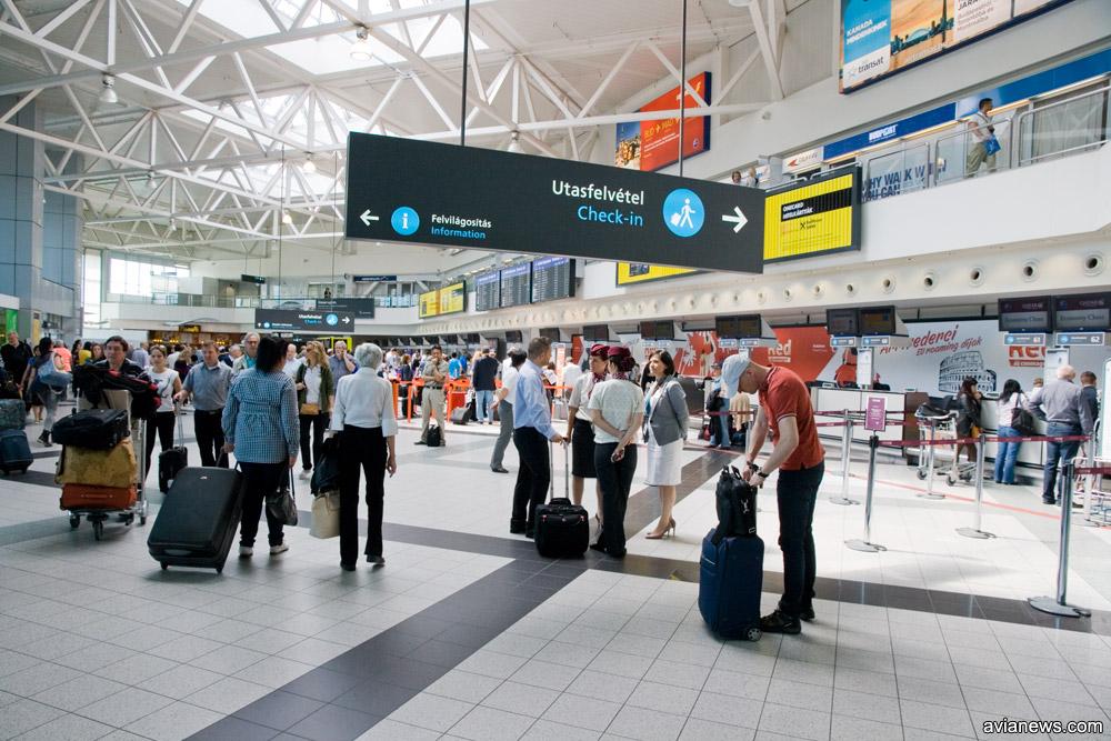 Пассажиры в зале регистрации в аэропорту Будапешта