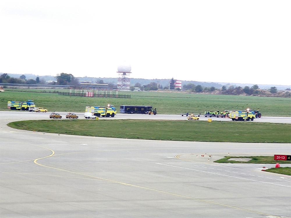Автомобили аварийных служб на полосе в аэропорту Львов