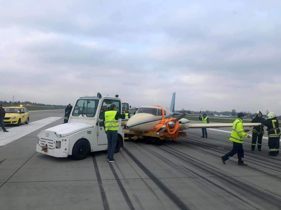 Эвакуация Piper PA-30 с полосы в аэропорту Львов