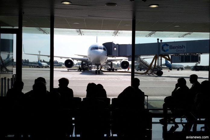 Пассажиры ожидают посадки в самолет в аэропорту