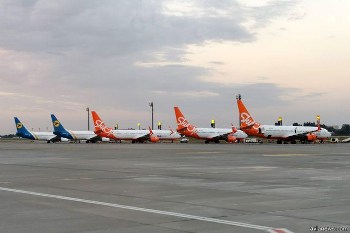 Самолеты SkyUp и МАУ в аэропорту Борисполь