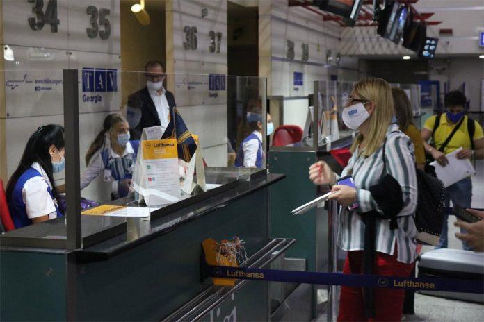 Пассажир регистрируется на рейс в аэропорту Тбилиси