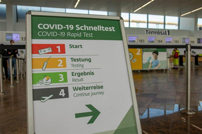 Табличка в аэропорту Вены, которая указывает о возможности пройти экспресс-тест на коронавирус