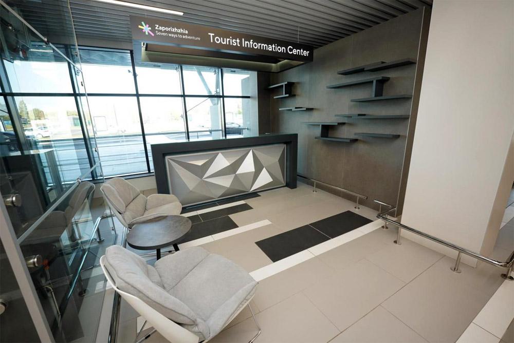 Стойка информации в новом терминале аэропорта Запорожье
