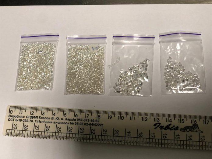 Изъятые в аэропорту Борисполь пакетики с бриллиантами