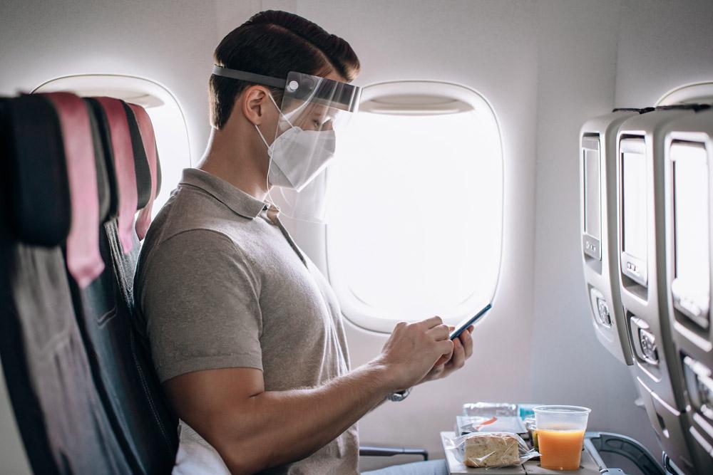 Пассажир в маске на борту самолета Qatar Airways