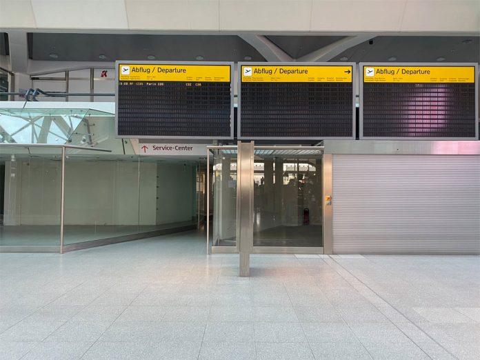 Пустые мониторы в терминале аэропорта Тегель
