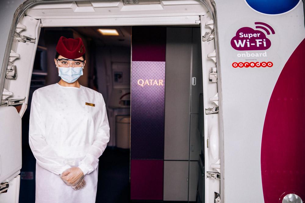 Бортпроводник Qatar Airways в защитной форме