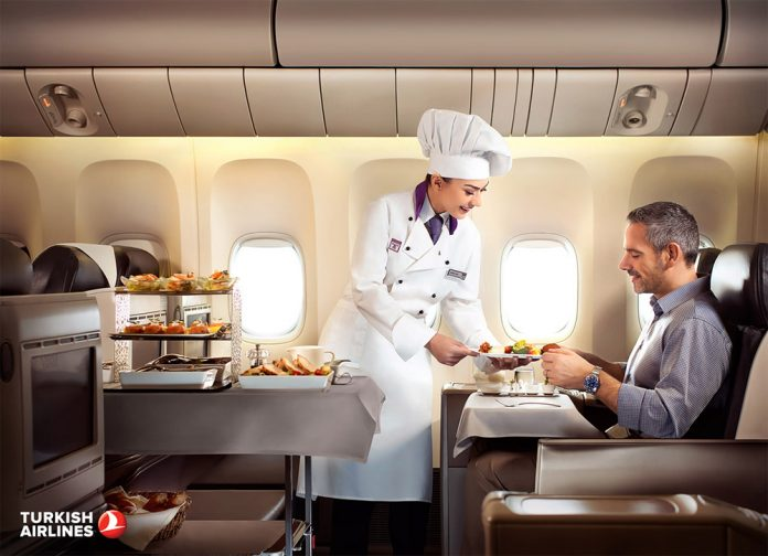 Летающий шеф-повар подает питание пассажиру бизнес-класса Turkish Airlines