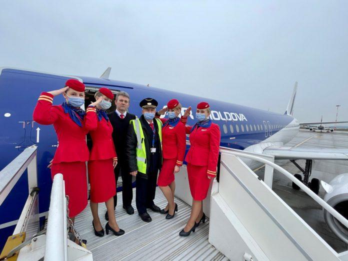 Экипаж Air Moldova после выполнения последнего коммерческого рейса на Airbus A320 ER-AXP