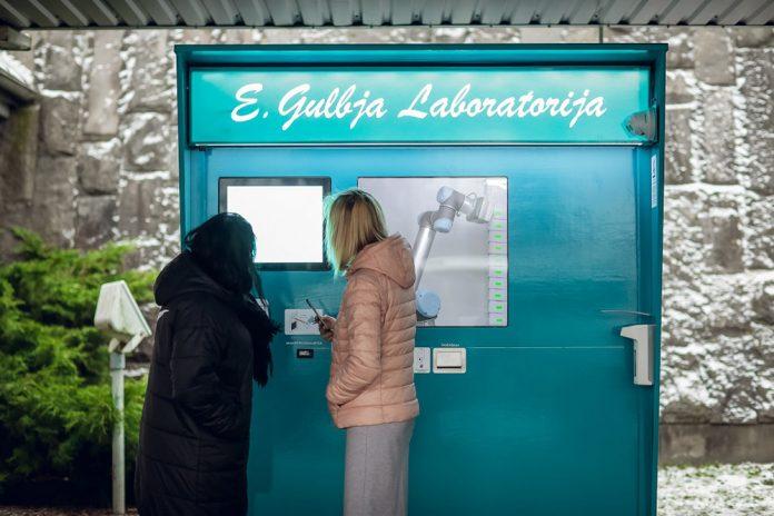Роботизированный пункт приема анализов на коронавирус в аэропорту Риги