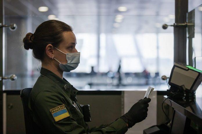 Пограничник на паспортном контроле в аэропорту