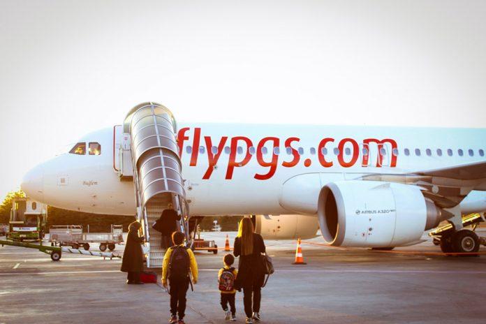Пассажиры садятся в самолет Pegasus Airlines