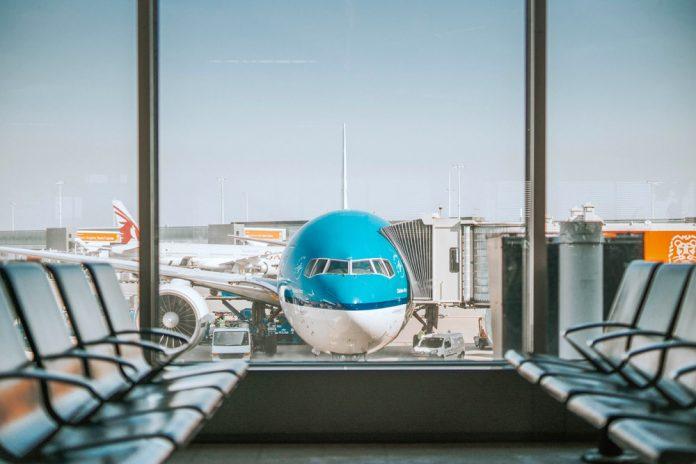 Вид на самолет из терминала аэропорта
