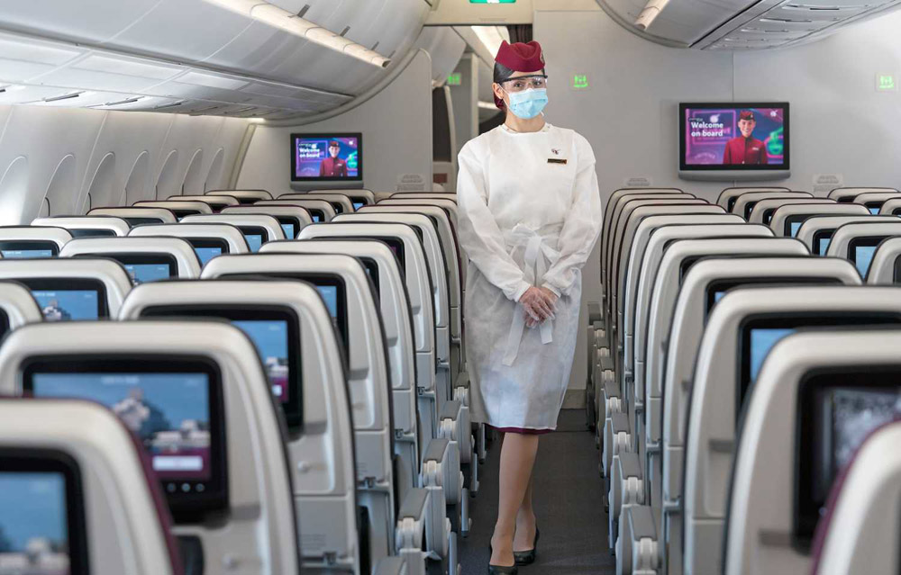 Бортпроводник Qatar Airways в защитной экипировке