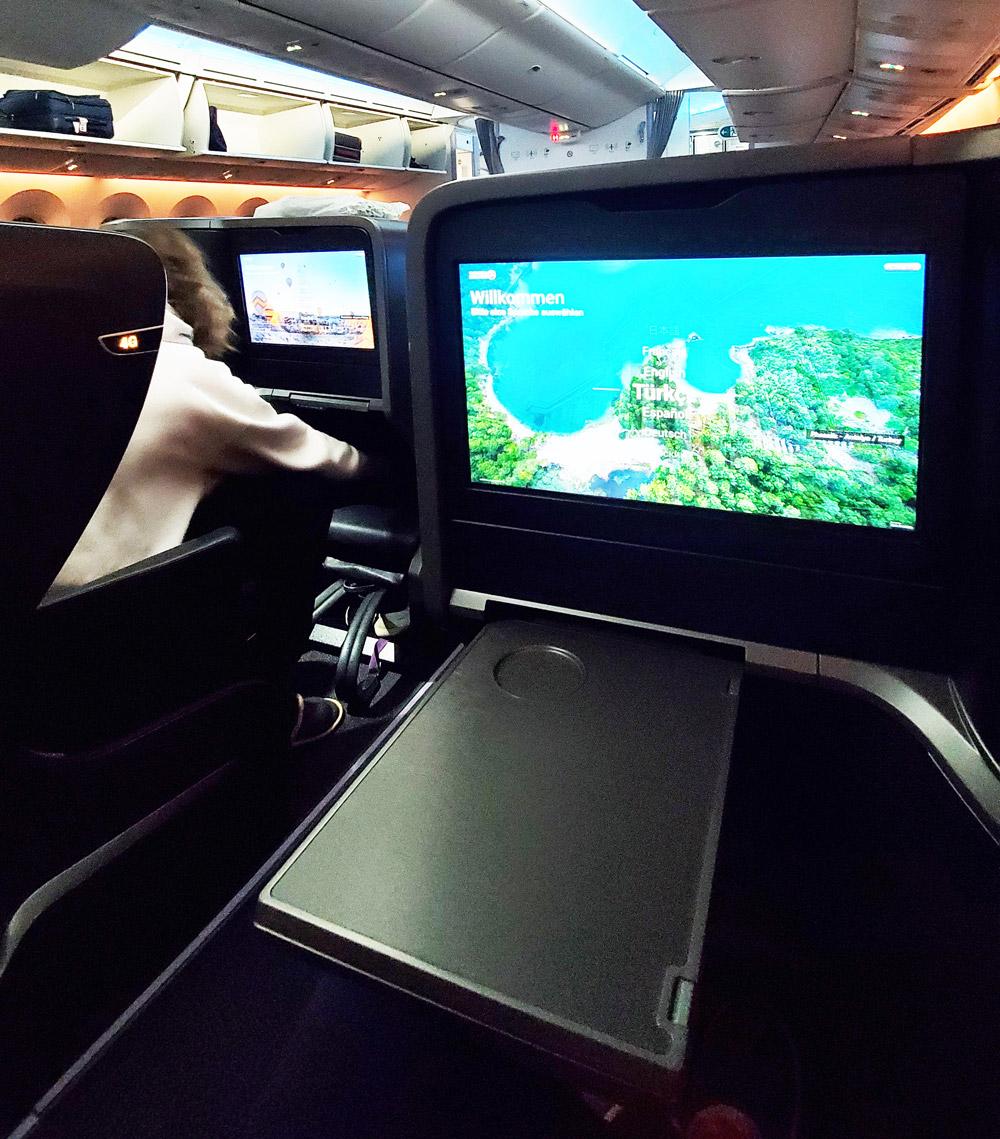 Столик в кресле бизнес-класса Boeing 787 Turkish Airlines