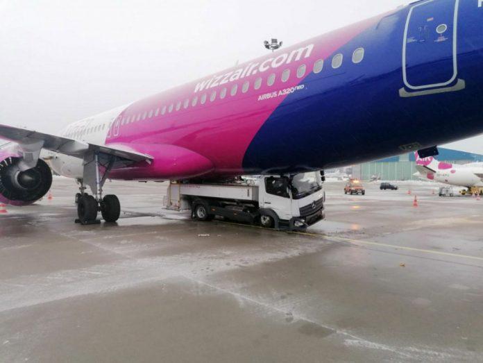 Автомобиль под Airbus A320neo Wizz Air после столкновения в аэропорту Гданьска