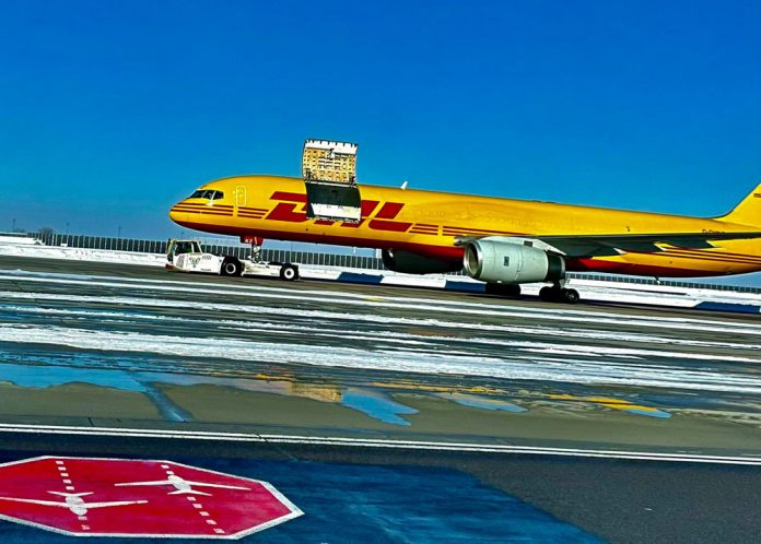 Boeing 757 DHL с открытым грузовым люком