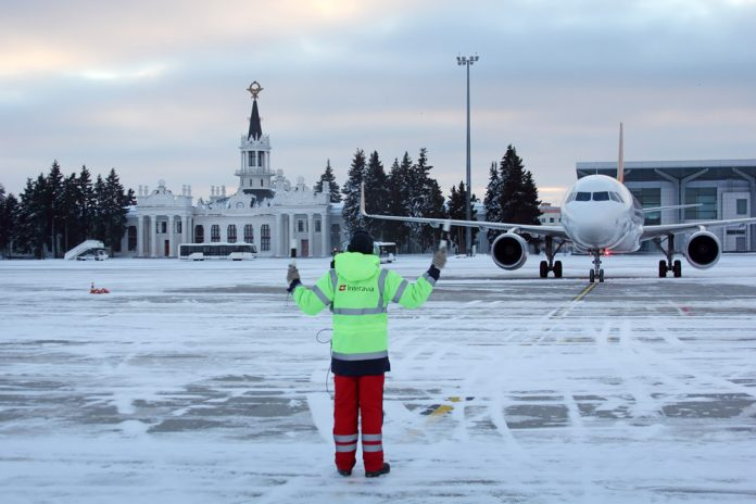 Самолет заруливает на стоянку в аэропорту Харьков