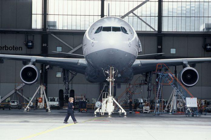 Техническое обслуживание самолета в ангаре Lufthansa Technik во Франкфурте