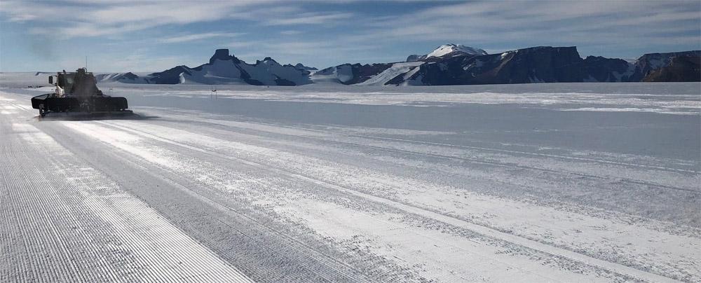 Подготовка ледяной полосы рядом с антарктической станцией Тролль для приема самолета