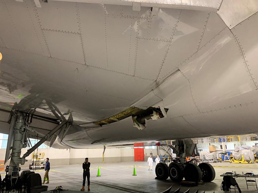 Повреждение нижней части фюзеляжа Boeing 777 United Airlines в результате разлета обломков двигателя