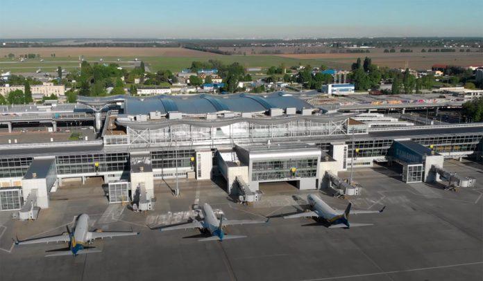 Вид на самолеты и терминал D аэропорта Борисполь с высоты