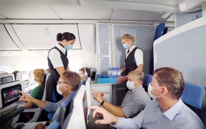 KLM подает в пластиковых бутылках напитки и воду пассажирам