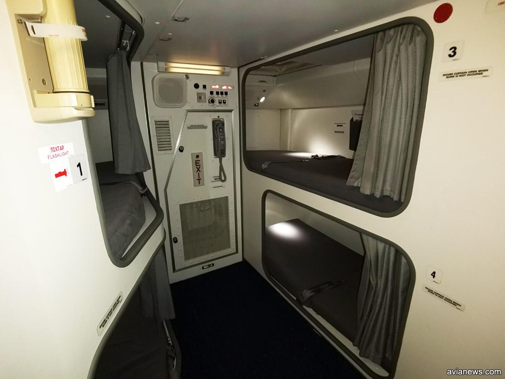 Комната отдыха экипажа в Boeing 777-200ER МАУ похожа на капсульный отель