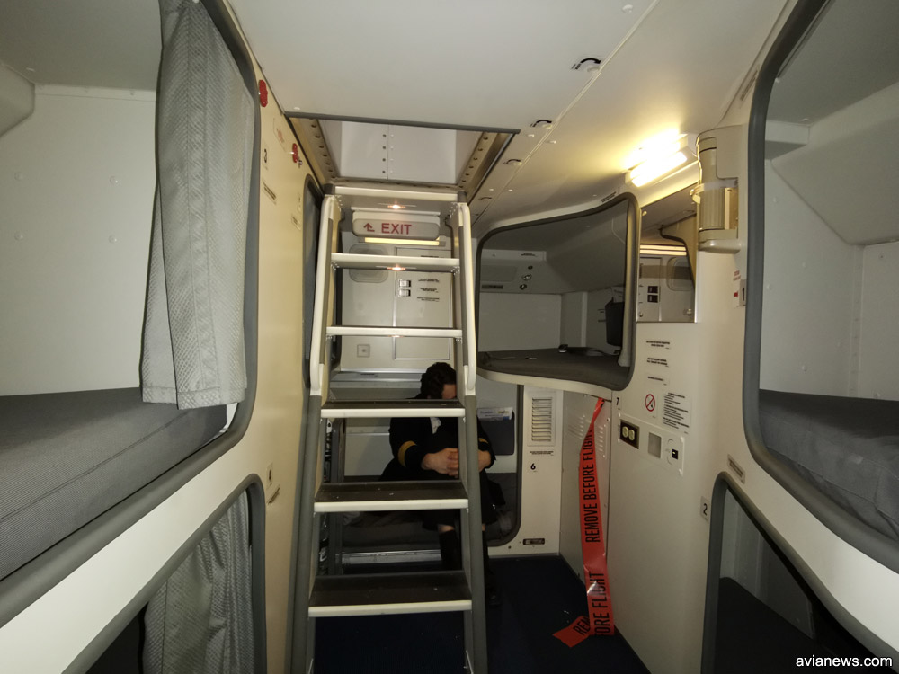 Лестница в комнату отдыха на борту Boeing 777-200ER МАУ
