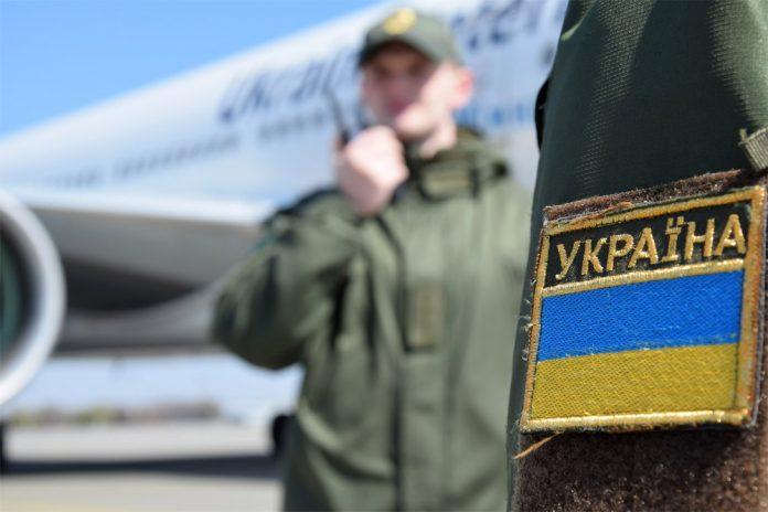 Флаг Украины, пограничник на фоне самолета