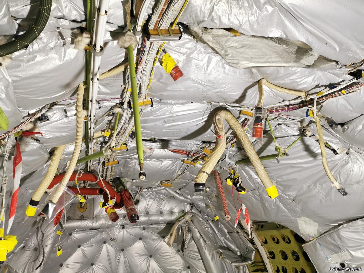 Провода и шланги в хвосте Boeing 737