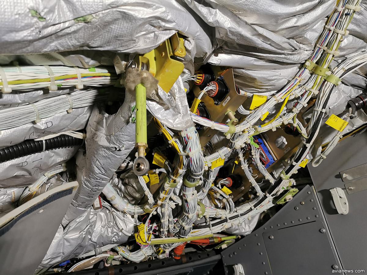 Провода, которые ведут к панели приборов в кабине пилотов Boeing 737